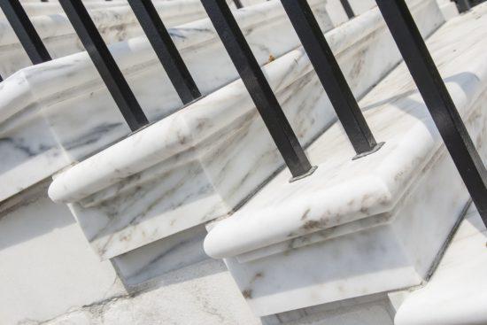 Caratteristiche e differenze tra scale di marmo per interni e per esterni