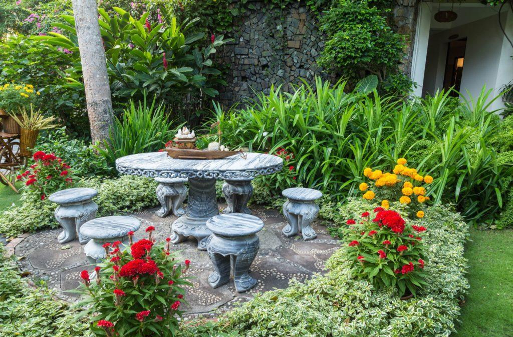 Tavoli da esterno in marmo o pietra: come arredare il
